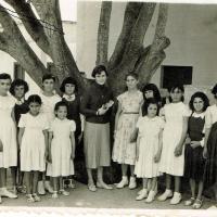 b91 (f)alumnas  y maestra.jpg
